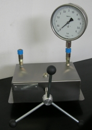 Calibrator of pressure to inspect the working manometer